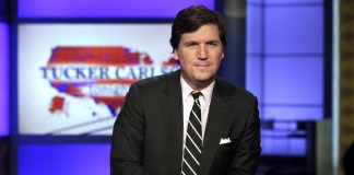 Tucker Carlson er en kjent programvert for Fox News. AP Foto/Richard Drew.